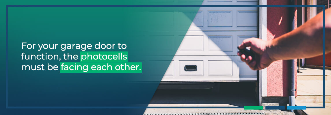 For your garage door to function, the photocellsmust be facing each other.